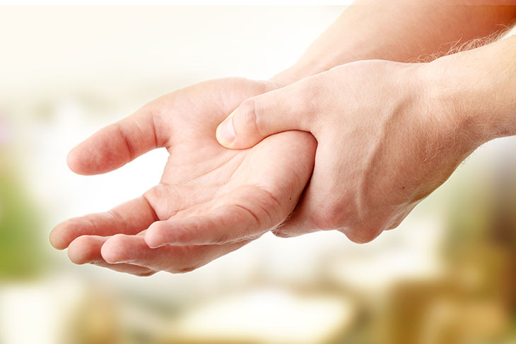 Γιατί μουδιάζουν τα χέρια και τα πόδια σας και πότε πρέπει να ανησυχείτε;