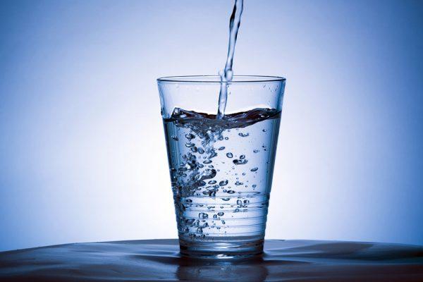 Πόσα κιλά θα χάσoυμε εάν πίνουμε δύο ποτήρια νερό πριν από κάθε γεύμα;