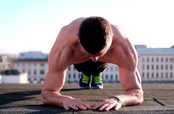 Ναι, η σανίδα είναι η καλύτερη άσκηση για τους κοιλιακούς. Την κάνεις σωστά;