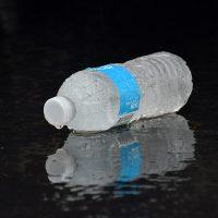 Από τι κινδυνεύουμε αν ξαναγεμίζουμε τα πλαστικά μπουκάλια νερού;