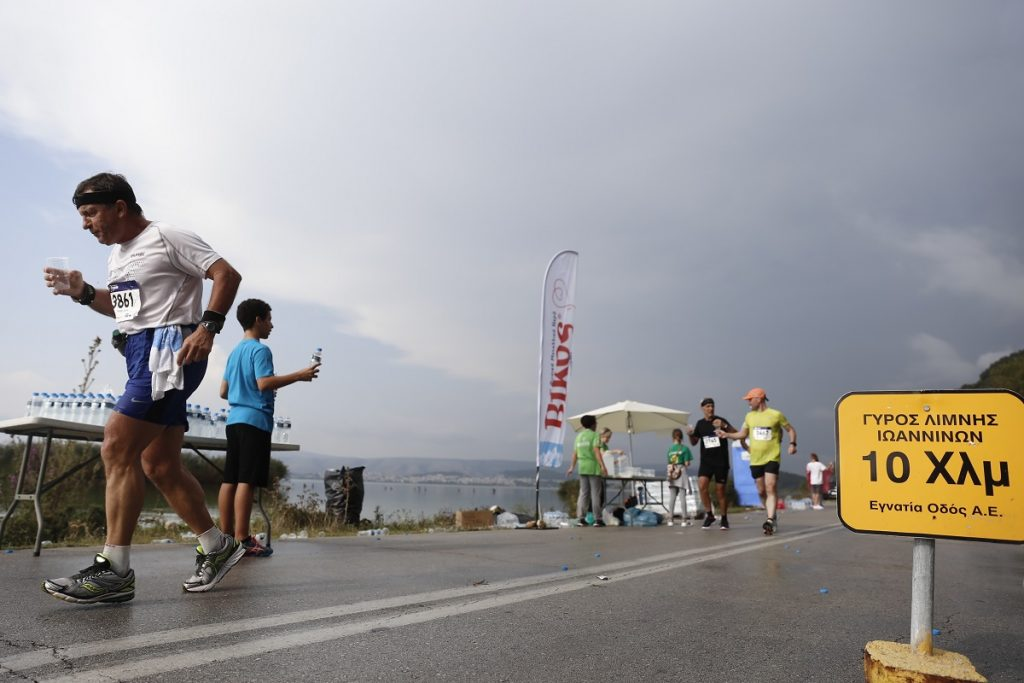 Ένας... τουρίστας τρέχει τον Γύρο της Λίμνης