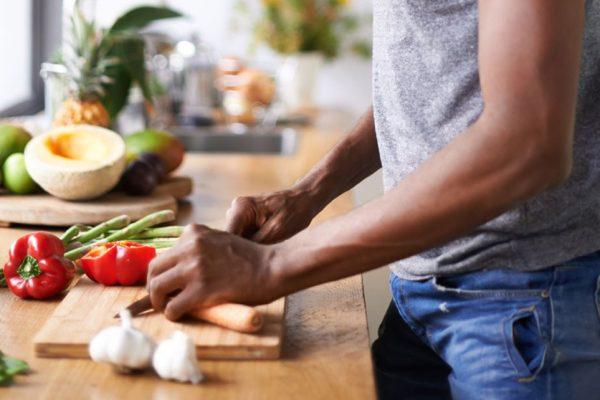 """Γιατί οι μυς """"καταστρέφονται"""" στην προπόνηση και χτίζονται στην κουζίνα;"""