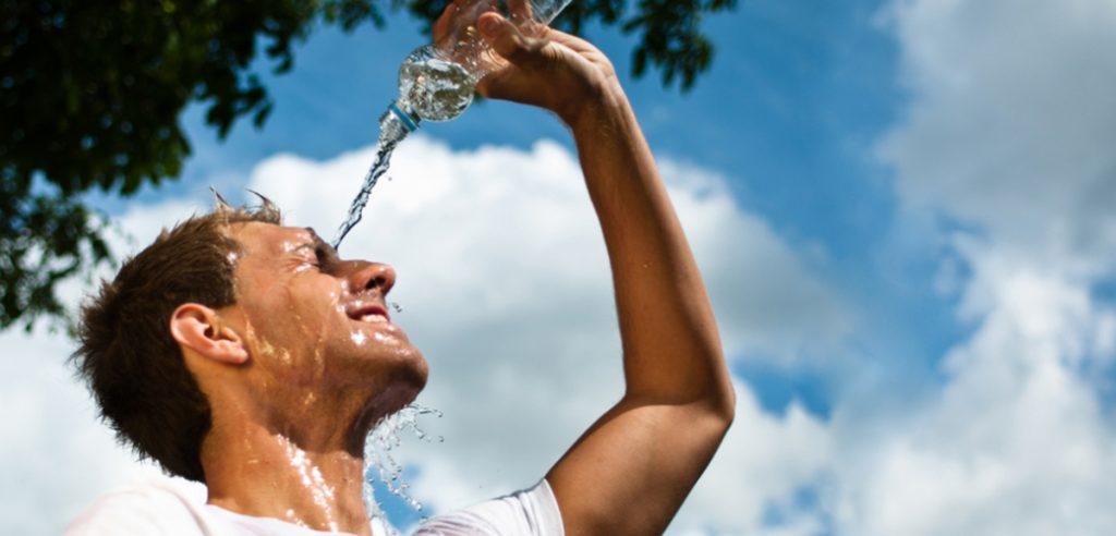 Τρέχοντας στη ζέστη: Να πίνεις κρύο νερό ή να το ρίχνεις πάνω σου;