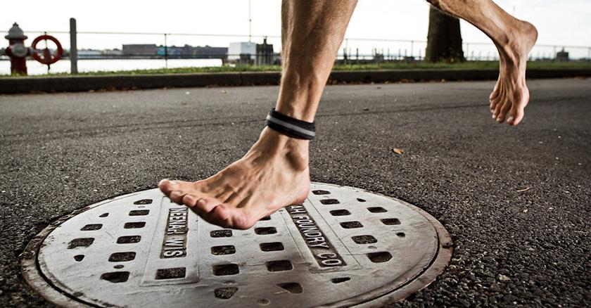 Τραυματιζόμαστε γιατί δεν περπατάμε και δεν τρέχουμε ξυπόλυτοι!