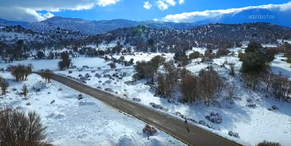 Κρητικός μαραθωνοδρόμος έτρεξε ξυπόλυτος στον χιονισμένο Ψηλορείτη (vid)