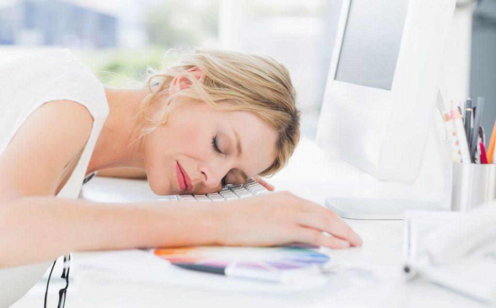Πέντε συνήθειες που σας κάνουν να νιώθετε διαρκώς κουρασμένοι