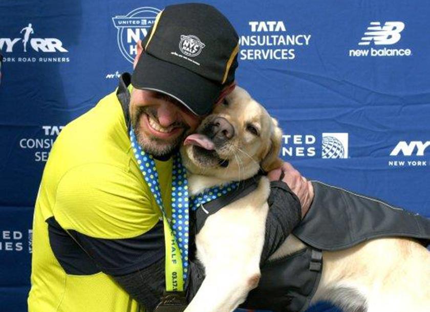 Έγραψε ιστορία: Τυφλός δρομέας τερμάτισε τον ημιμαραθώνιο της Ν.Υόρκης χωρίς ανθρώπινη βοήθεια