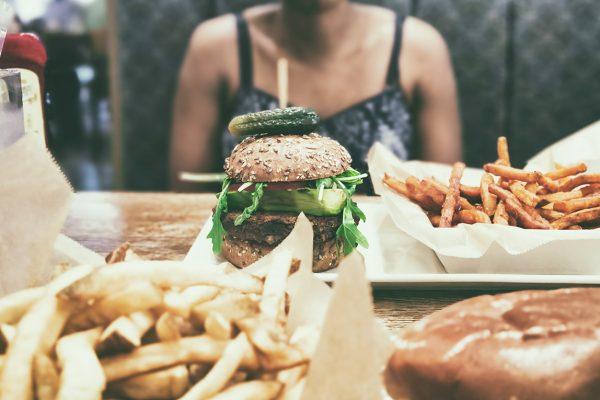 Επτά συνέπειες στον οργανισμό από την υπερκατανάλωση junk food