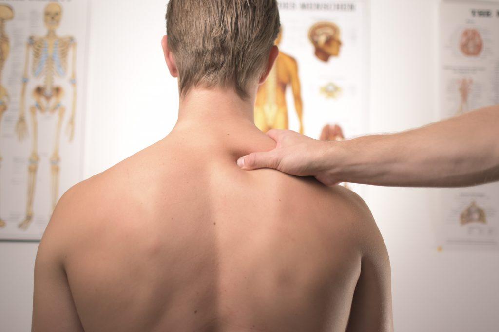 """6 ασκήσεις που """"διώχνουν"""" τους πόνους στην πλάτη"""