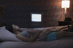 Γιατί δεν πρέπει να κοιμάσαι με ανοικτή την τηλεόραση