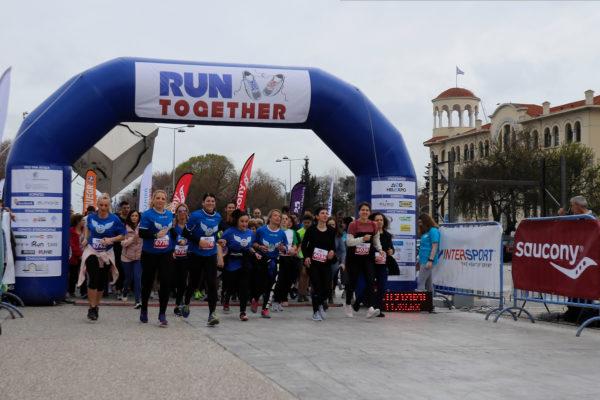 """Πέρσι ήταν η αρχή. Φέτος το Run Together powered by INTERSPORT & SAUCONY επέστρεψε στη Θεσσαλονίκη και πραγματοποιήθηκε, ανήμερα της Παγκόσμιας Ημέρας της Γυναίκας, στον υπαίθριο χώρο της ΔΕΘ Helexpo δίνοντας τη δυνατότητα σε δρομείς κάθε ηλικίας να τρέξουν, να ψυχαγωγηθούν και να συμβάλλουν στη στήριξη μιας πολύ σημαντικής δομής του δήμου Θεσσαλονίκης, τον Ξενώνα Φιλοξενίας Γυναικών Θυμάτων Βίας & των Παιδιών τους. Σε μια πολύ όμορφη διαδρομή, μέσα στη ΔΕΘ, έτρεξαν αποστάσεις των 3, 6 και 9 χλμ και ανέδειξαν για άλλη μια φορά το ΜΑΖΙ και τη ΣΥΝΕΡΓΑΣΙΑ, στοιχεία απαραίτητα όχι μόνο για έναν αγώνα δρόμου, αλλά στην καθημερινότητα του καθενός. Ο πρόεδρος της ΔΕΘ Helexpo, Τάσος Τζήκας επεσήμανε σχετικά με τη διοργάνωση: «Έχουμε πει επανειλημμένως ότι στηρίζουμε τον πολιτισμό και τον αθλητισμό. Η Έκθεση είναι συνυφασμένη με τους τομείς της κοινωνικής μας ζωής. Το Run Together είναι ένας σημαντικός θεσμός και αξίζει να καθιερωθεί. Σήμερα είναι η Παγκόσμια Ημέρα της Γυναίκας, τα έσοδα θα δοθούν στον ξενώνα φιλοξενίας του δήμου Θεσσαλονίκης για τις κακοποιημένες γυναίκες. Είναι καλός ο σκοπός». Ο αντιδήμαρχος Κοινωνικής Πολιτικής, Χάρης Αηδονόπουλος ήταν αυτός που έδωσε την εκκίνηση στον αγώνα και τόνισε μεταξύ άλλων: «Ο δήμος Θεσσαλονίκης θα στηρίζει πάντα τέτοιους αγώνες. Ευχαριστώ τον πρόεδρο της ΔΕΘ Helexpo, Τάσο Τζήκα, την SAUCONY και την INTERSPORT. Τολμώ να πω ότι ωφελούμενη είναι η δημαρχία κοινωνικής πολιτικής γιατί τα έσοδα θα πάνε στον ξενώνα κακοποιημένων γυναικών. Σήμερα είναι η Παγκόσμια Ημέρα της Γυναίκας, η ζωή άλλωστε είναι γυναίκα και γι' αυτό είμαστε εδώ». Στον τερματισμό τους δρομείς περίμεναν αρκετές εκπλήξεις όπως μπάρες δημητριακών True Bites, ηλεκτρολύτες almora PLUS, Φυσικό Μεταλλικό Νερό και αναψυκτικά Βίκος, φρέσκα φρούτα από την Greek Natural, ρυζογκοφρέτες Crispy King και πίτσα για τα παιδιά από την Pizza Fan. Οι δρομείς στο χώρο του τερματισμού είχαν την ευκαιρία να δοκιμάσουν τη νέα τεχνολογία """"PWRRUN+"""" της SAUCONY αλλά και την εξειδικευμένη """